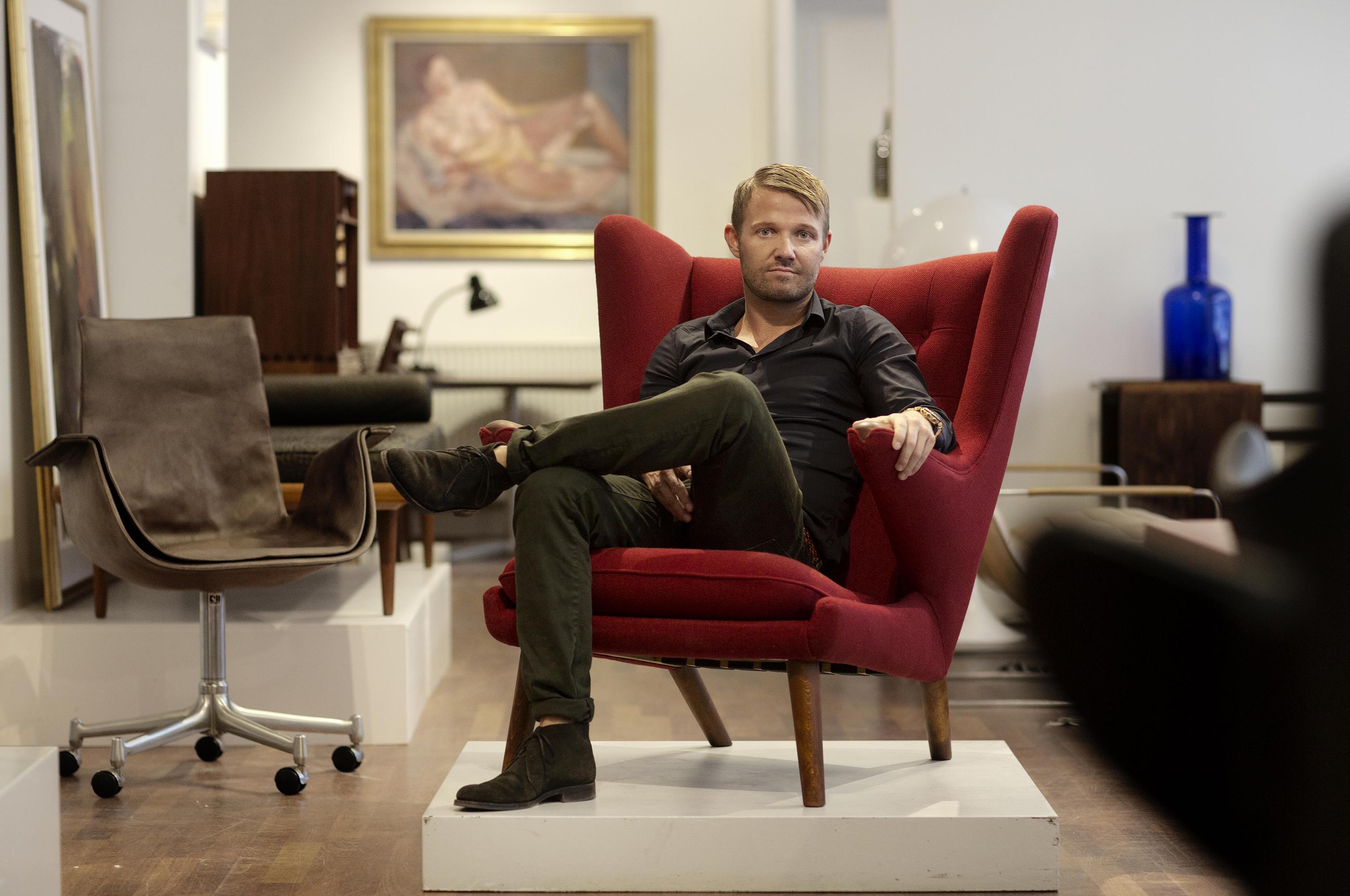 Thomas Schlosser ejer møbelforretningen Klassik i det indre København. han sælger danske møbelklassikere, og han fortæller om klassikere i det designtillæg, vi udgiver om nogle uger.