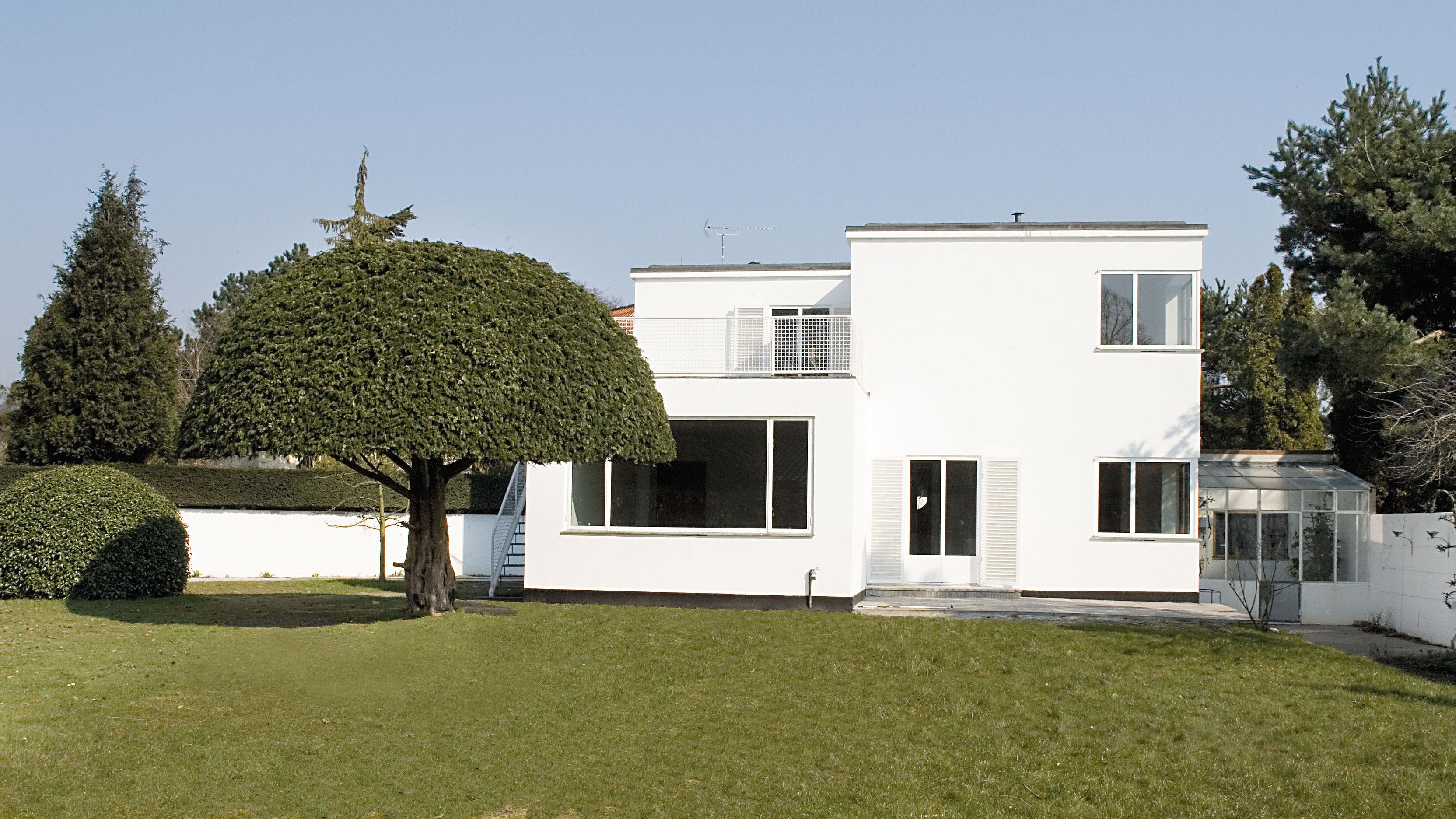 Arne Jacobsen opførte huset på Gotfred Rodes Vej 2 i 1929. I 1931 opførte han tilbygningen med garage og tegnestue. Han levede selv i huset med sin familie til 1951. Huset repræsenterer Jacobsens tidligere stil og er et udtryk for funkis stilen - den hvide farve, referencen til luksuslineren, reminisencerne af fortidens grosservilla. Realdania købte huset i 2005, restaurerede det og genåbnede huset i 2007