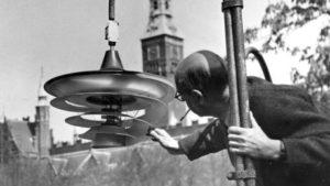 PH retter lidt på Tivolilampen inde i Tivoli, København, tegnet i 1942